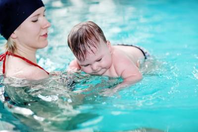 Babysvømning – styrker dit barns sanser